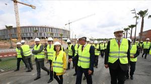 Saenz de Santamaría charla con el alcalde de Tarragona Josep Felix Ballesteros durante la visita a las obras del anillo olímpico.