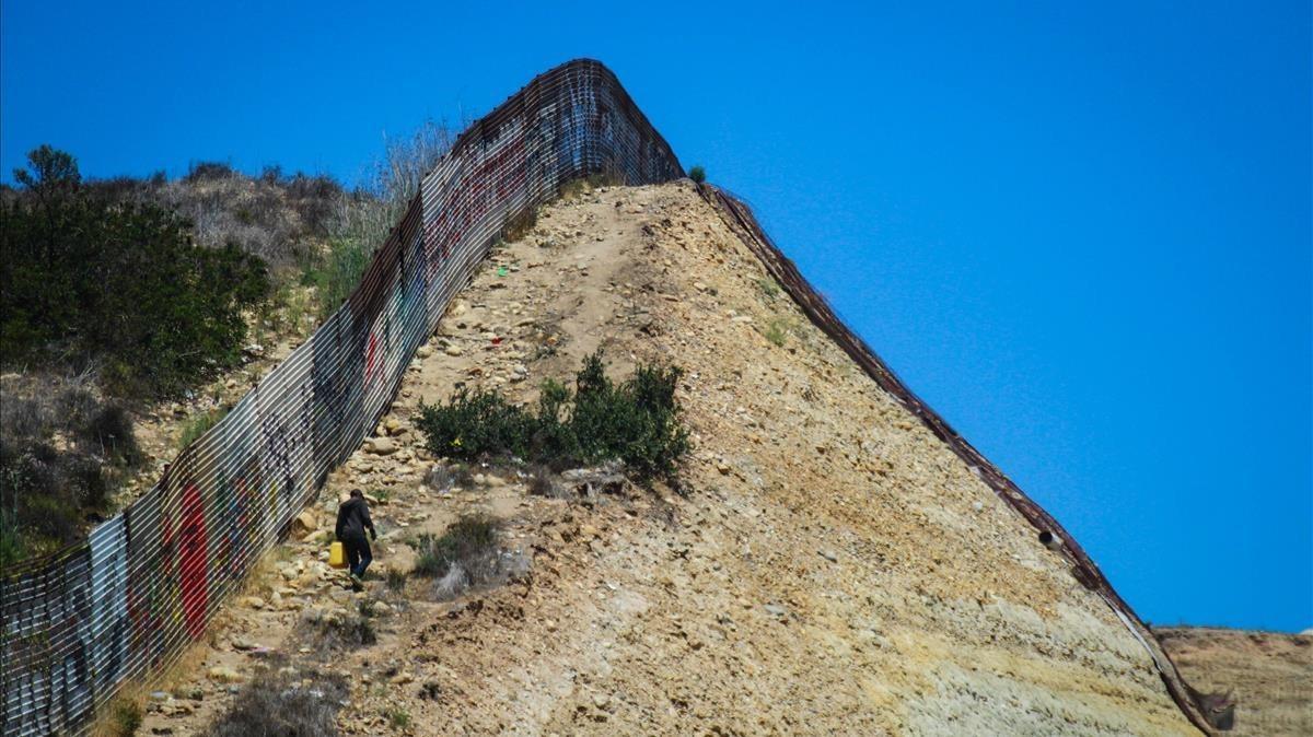 La vieja y carcomida valla fronteriza a lo largo de la cual y en paraleloel Gobierno de Trumpestá contruyendo el muro que divide EEUU y México.