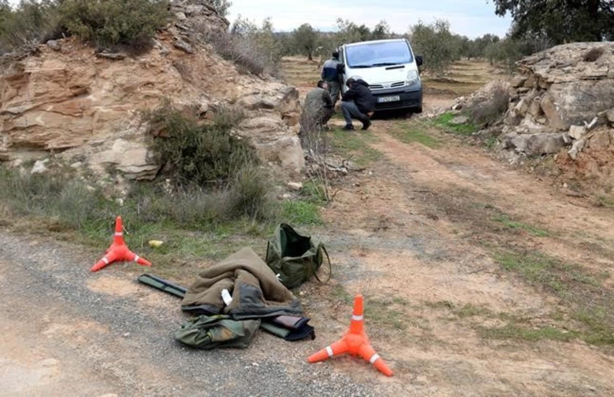 La escopeta y la ropa que usaba el cazador que ha matado a dos agentes rurales.