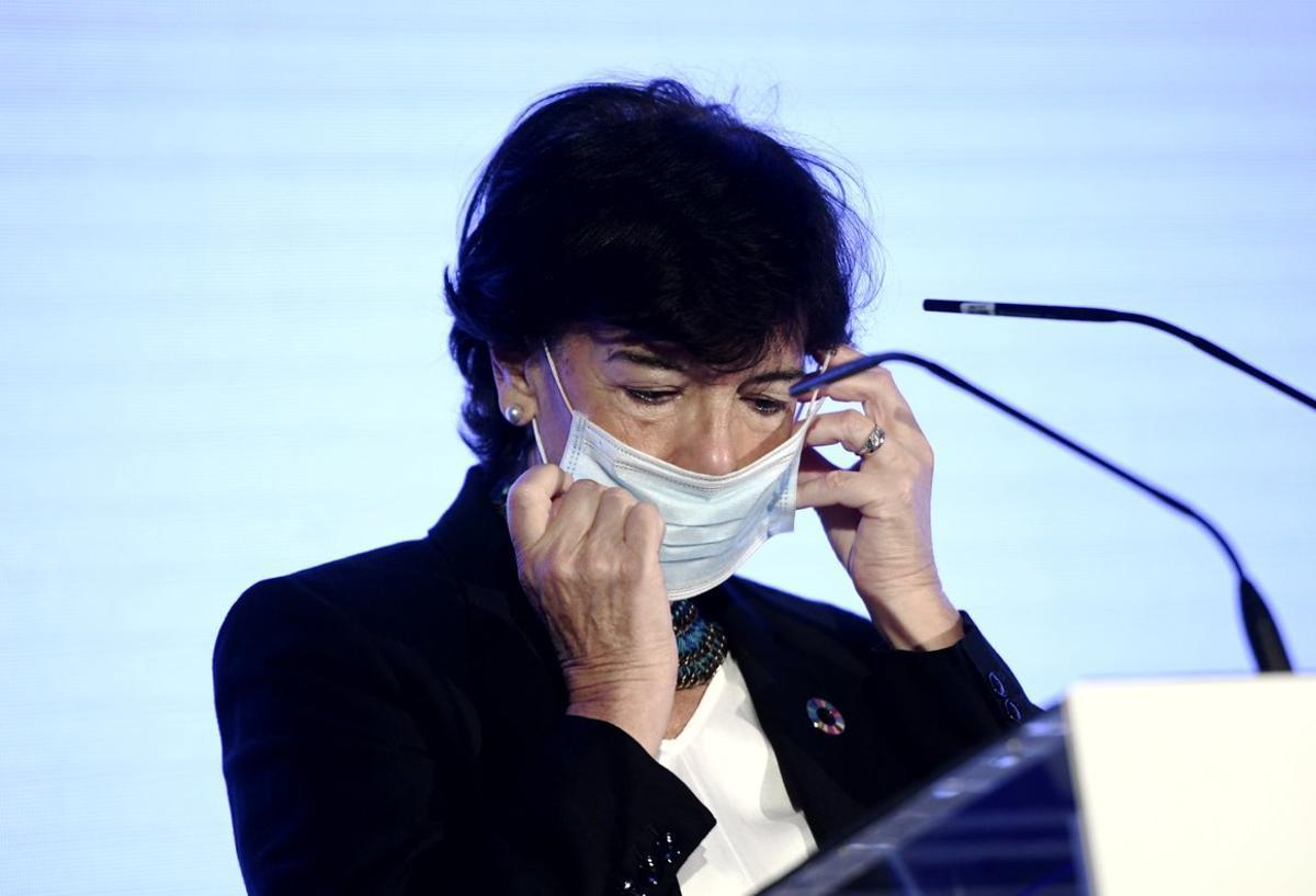 La ministra de Educación y Formación Profesional, Isabel Celaá, se quita la mascarilla para intervenir en la segunda jornada del 34 Encuentro de la Economía Digital y las Telecomunicaciones organizado por Ametic, en Madrid (España), a 3 de septiembre de 2020.