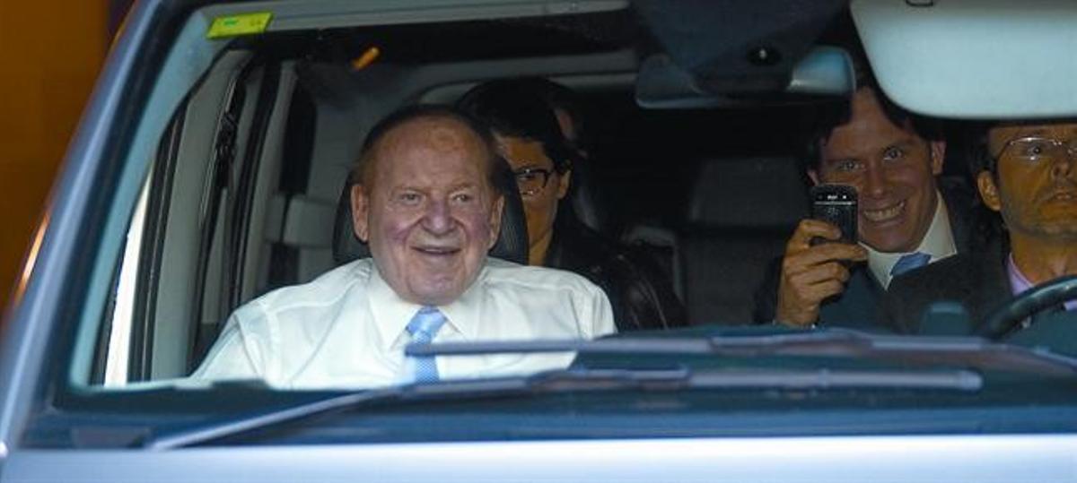 Sheldon Adelson, de copiloto con camisa blanca, sale de la Generalitat, ayer.