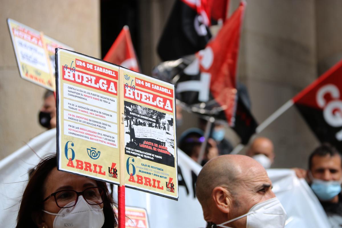 Protesta de los trabajadores de Correos de Sabadell frente a la sede de la empresa en Barcelona, 11 de mayo 2021