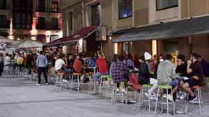 Ambiente en una calle de bares de Santander antes del cierre nocturno, a principios de julio.