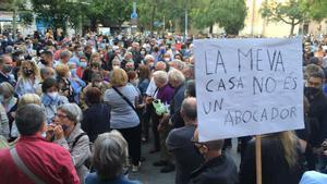 Concentración en Sant Andreu contra el nuevo sistema de recogida de basuras en el barrio.