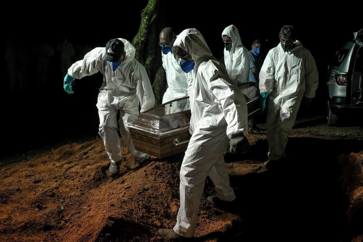 Brasileños entierran a un fallecido por coronavirus.