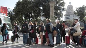 Un grupo de usuarios del Aerobus, principalmente turistas, esta semana