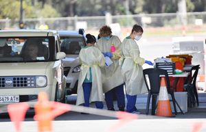 Adelaide (Australia), 18/11/2020.- Health workers test the public at a COVID-19 testing facility at Victoria Park in Adelaide, South Australia, Australia, 19 November 2020. South Australia will go into lockdown for six days, with a range of restrictions to provide help in controlling an outbreak of COVID-19 in Adelaide. (Adelaida) EFE/EPA/DAVID MARIUZ AUSTRALIA AND NEW ZEALAND OUT
