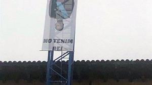 Els Mossos despengen una pancarta contra la Monarquia a Vic