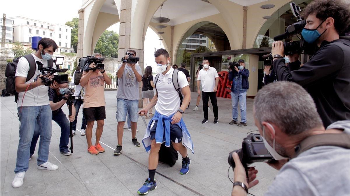 Uno de los jugadores del Fuenlabrada deja el hotel donde estaba confinado.