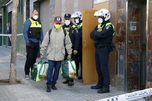 Un hombre se marcha de un bloque ocupado en Mataró después de la intervención de la Policía Local, el 16 de octubre de 2020.