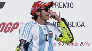 Valentino Rossi celebró, en el 2015, su vinctoria en Argentina luciendo la camiseta de Diego Armando Maradona.