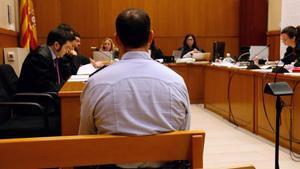El inspector de los Mossos, Jordi Arasa, en el banquillo de los acusados el pasado mes de febrero.