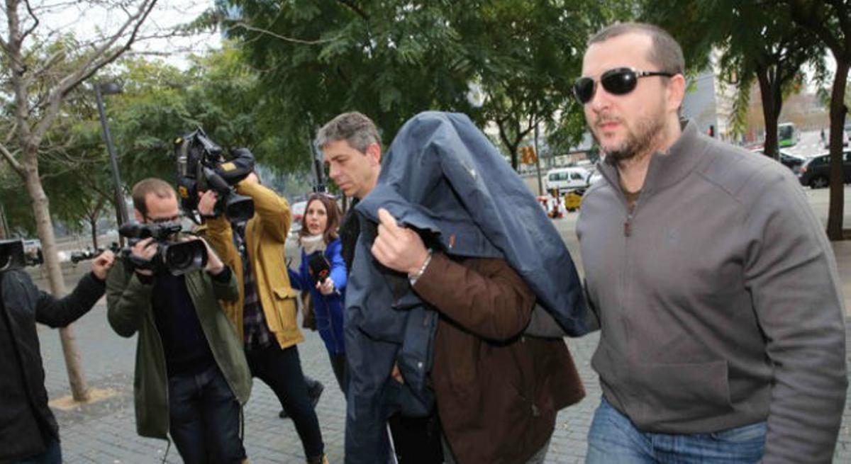 El ex profesor del colegio Maristas de Sants-Les Cortsllegando a la Ciudad de la Justicia con la cabeza cubierta.