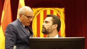 Xavier Muro y Roger Torrent durante el Pleno del Parlament.