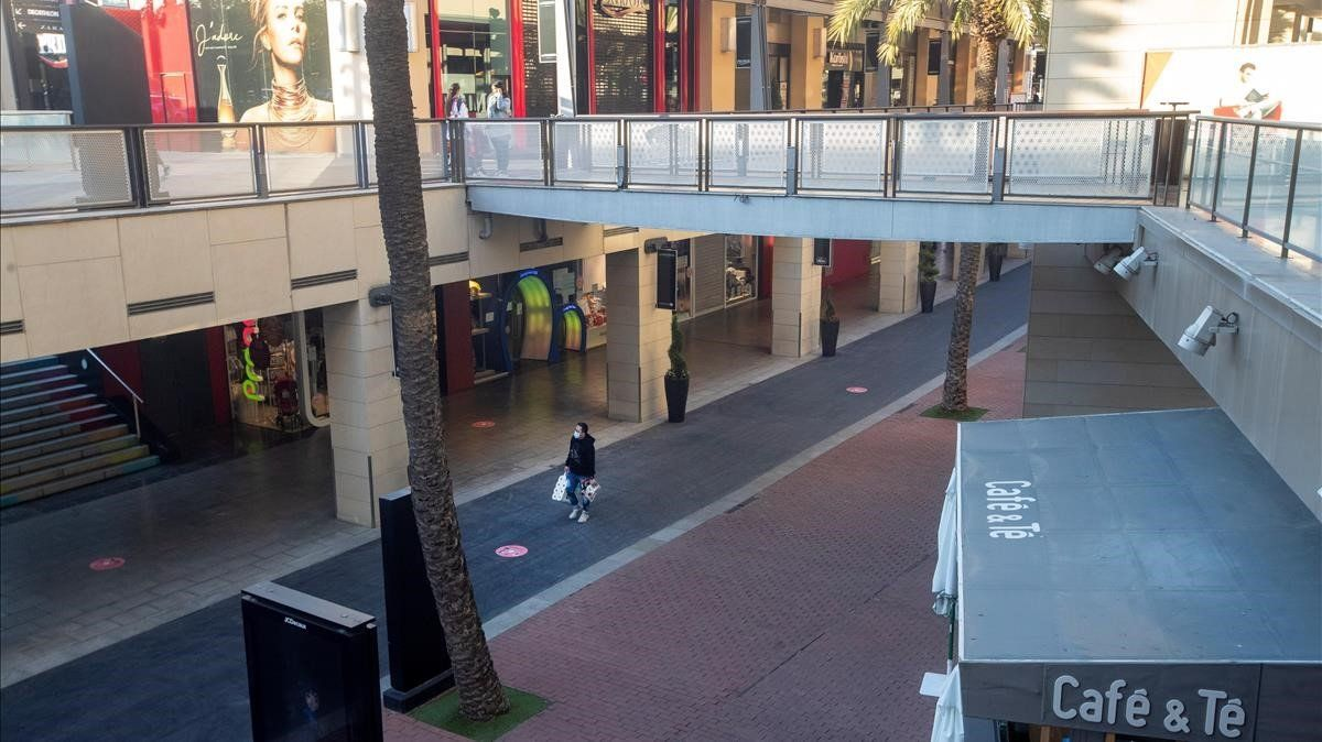 El centro comercial de La Maquinista, con las tiendas cerradas por las restricciones aprobadas por el Govern para combatir el covid, el pasado día 30.