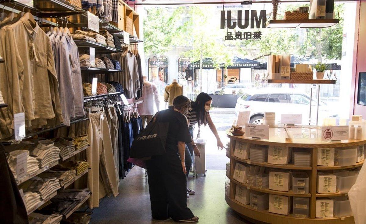 Dos clientas, en el interior de una tienda Muji de Barcelona.