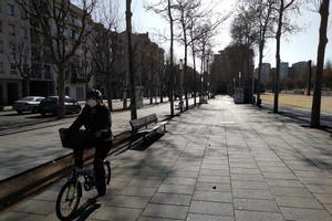 Un ciclista pasa por la acera de montaña del Camí de la Geganta de Mataró, este miércoles.A partir de la puesta en marcha de la nueva ordenanza de movilidad, esto no será posible.