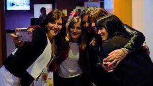 Laura Borràs, candidata de JuntsxCat, haciéndose un selfi junto a unas amigas.