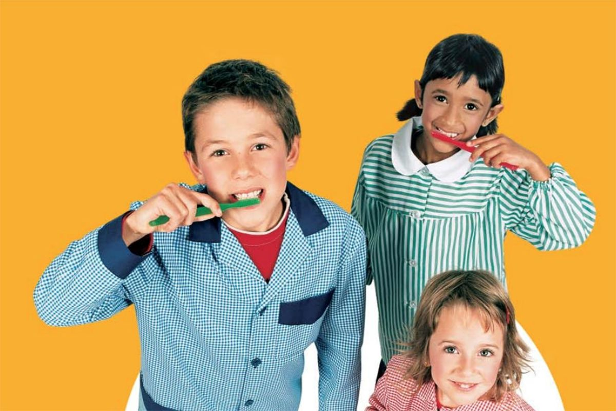 Niños cepillándose los dientes, archivo