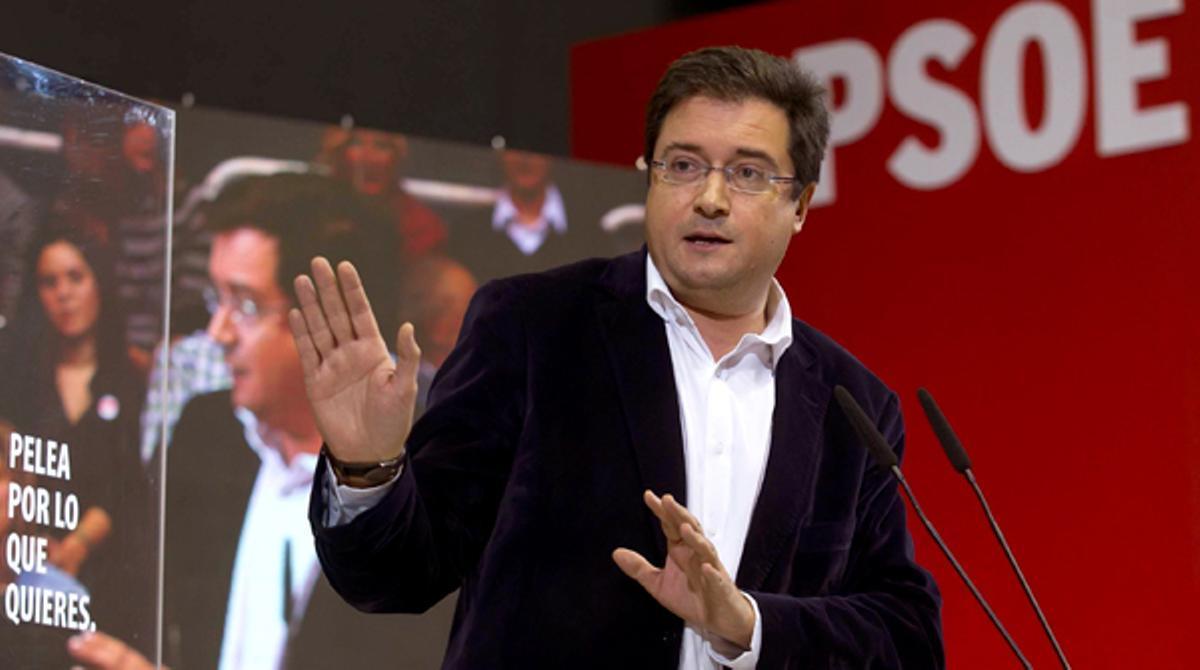 El líder del PSOE en Castilla y León, Óscar López, se queda en blanco en un acto electoral.