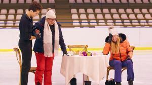 Tòn Cónsul enseñando a patinar sobre hielo a María del Monte y Anne igartiburu en 'Dos parejas y un destino'.