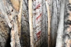 Primer plano de las líneas rojas pintadas en la cueva de Ardales.