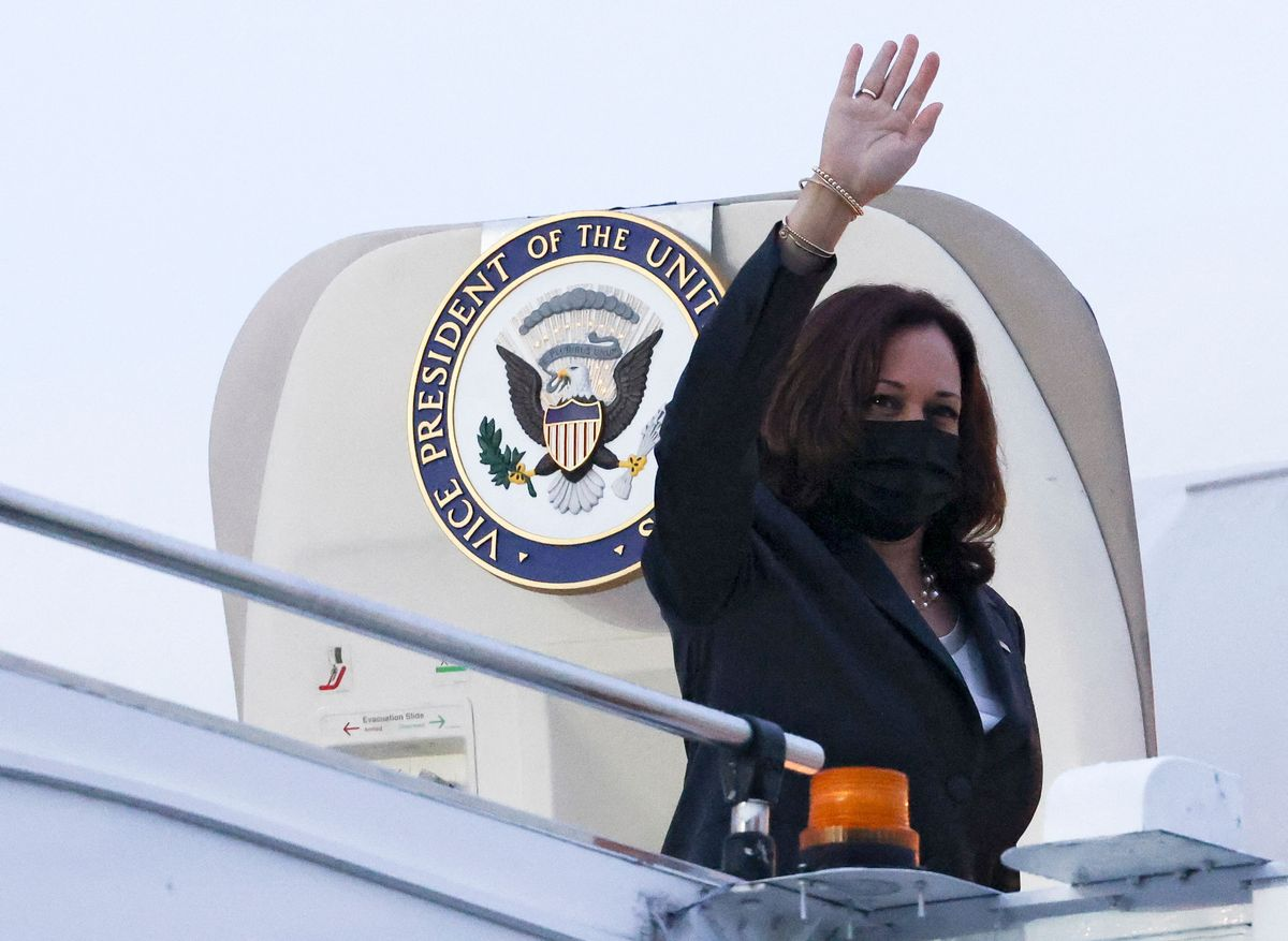 La vicepresidenta estadounidense Kamala Harris, saluda antes de irse de Singapur