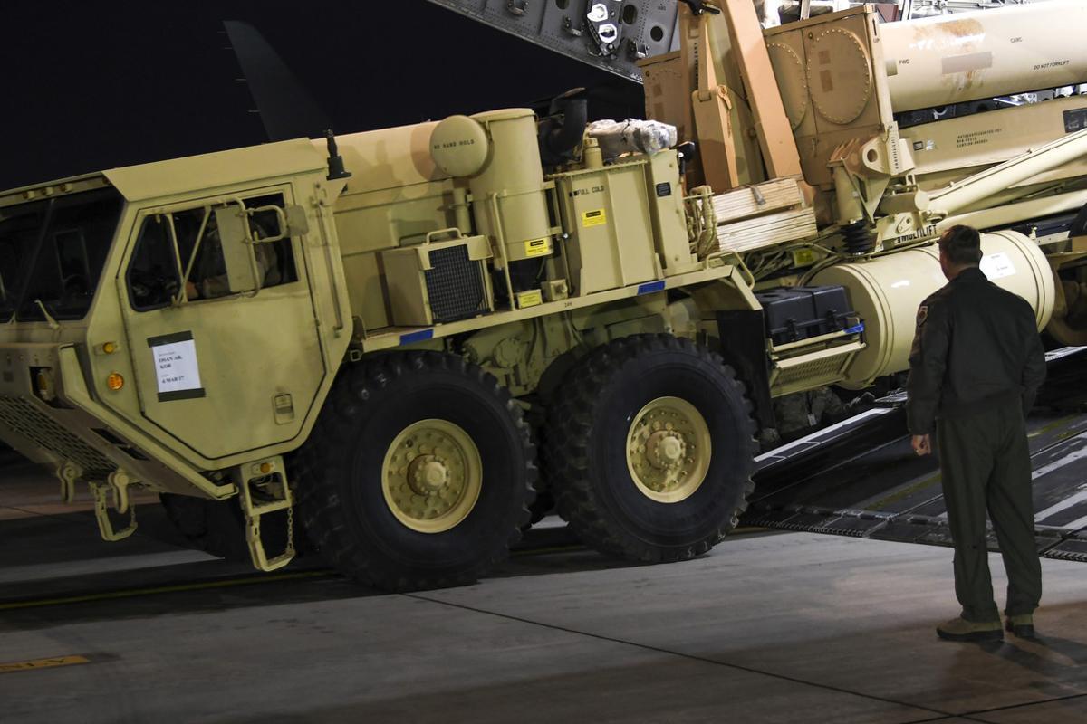 Un camión que transporte partes del sistema antimisiles, a su llegada a la base militar de Osan, en Corea del Sur, en una imagen facilitada por el Ejército de EEUU.