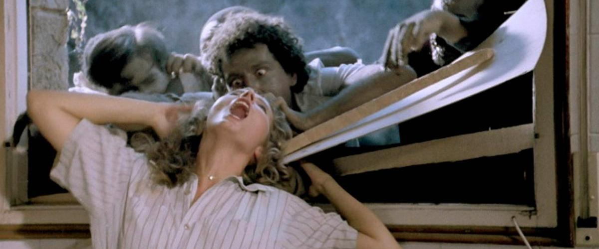 Margit Evelyn Newton, atacada por los zombis en una imagen de 'Apocalipsis Caníbal'.