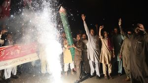Manifestantes paquistanís celebran el derribo de los aviones de combate indios en Karachi.