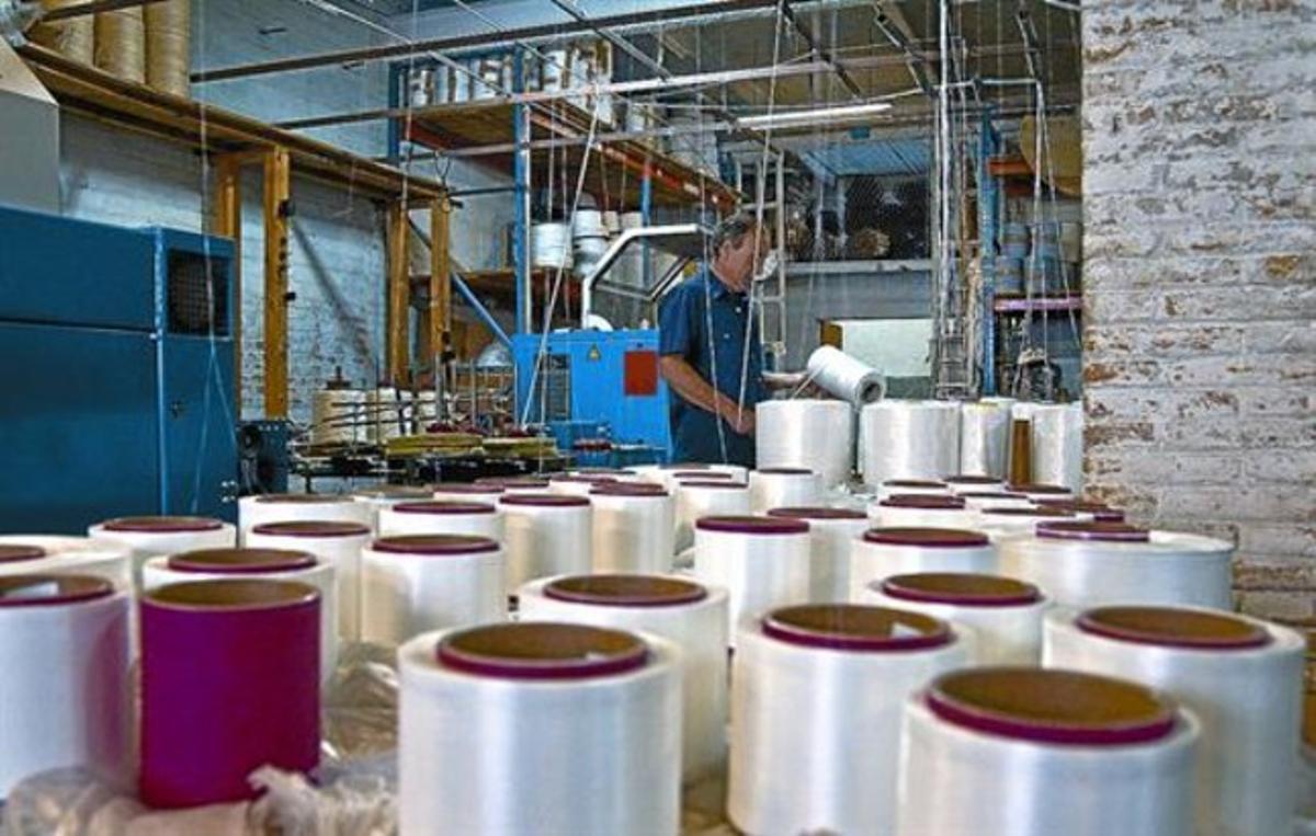 Un trabajador en la empresa Rogi de Montgat, donde trabajó Óscar, ayer por la tarde.