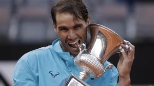 Nadal, con el trofeo de campeón de Roma del pasado año.