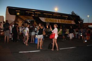 Algunos de los pasajeros del autocar afectado, en un área de servicio de Garrigas (Alt Empordà).