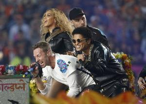 Beyoncé, Chris Martin y Bruno Mars, durante un momento de su actuación en el descanso de la Super Bowl.