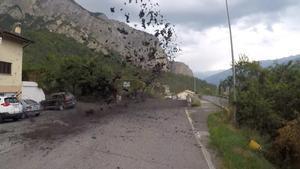 VÍDEO: Allau de llot i roques a Suïssa