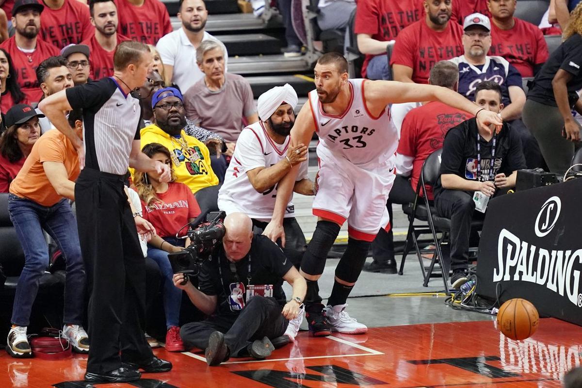 Marc Gasol choca contra un aficionado de los Raptors durante el partido contra Golden State.