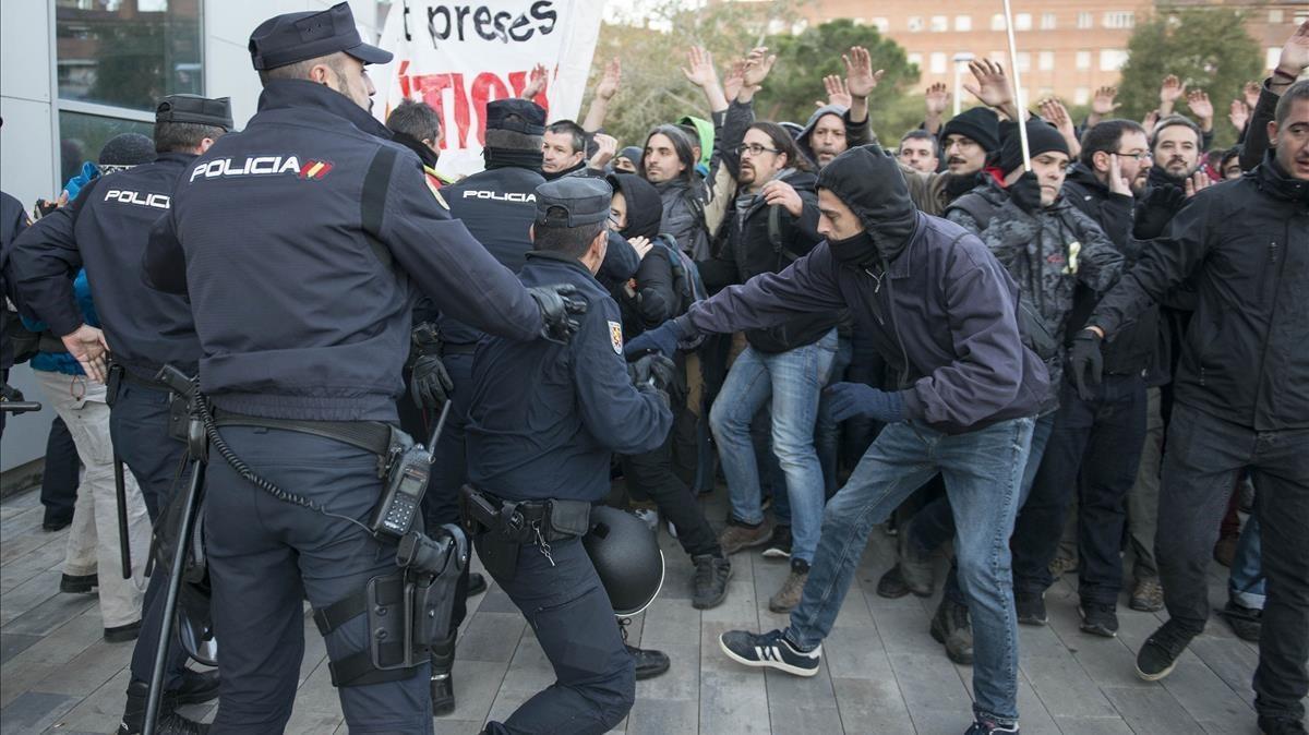 La policía trata de impedir el corte de vías en la estación del AVE de Girona.