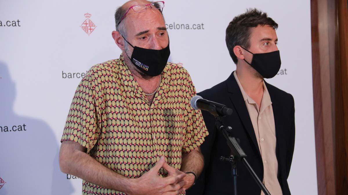 El presidente del Observatori contra l'homofòbia, Eugeni Rodríguez, y el concejal Marc Serra, en una rueda de prensa, el 31 de mayo.