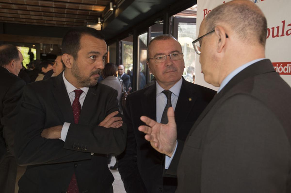 Joan Alegre, director general de EL PERIÓDICO DE CATALUNYA (izquierda) y Carles Pellicer, alcalde de Reus,conversan con uno de los asistentes al Foro Pyme, en La Canonja (Tarragonès).