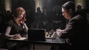 Anya Taylor-Joy yMarcin Dorocinski en una imagende 'Gambito de dama'.