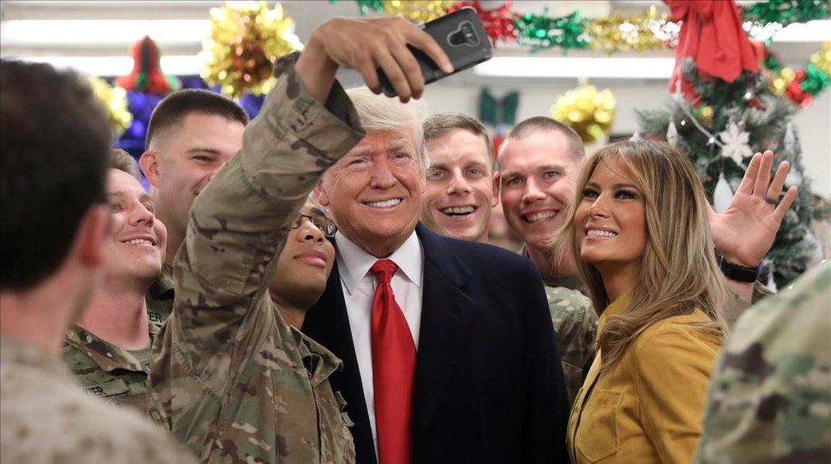 Donald y Melania Trump se hacen un selfi con militares en la base estadounidense de la ciudad iraquí de Al Asad.