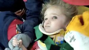 Rescatada con vida una niña de 3 años tres días después del terremoto de Turquía.