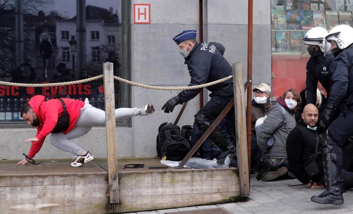Un agente detiene a uno de los manifestantes frente a la Estación Central.