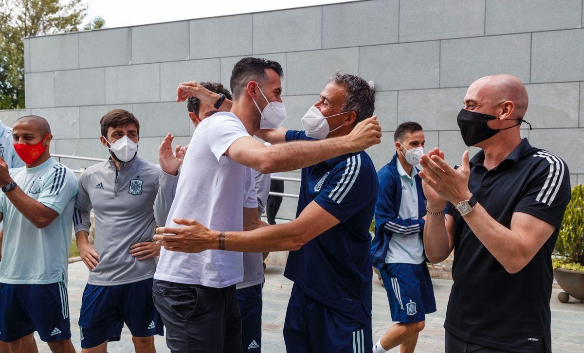 Busquets y Luis Enrique se saludan a la llegada del azulgrana a la concentración.