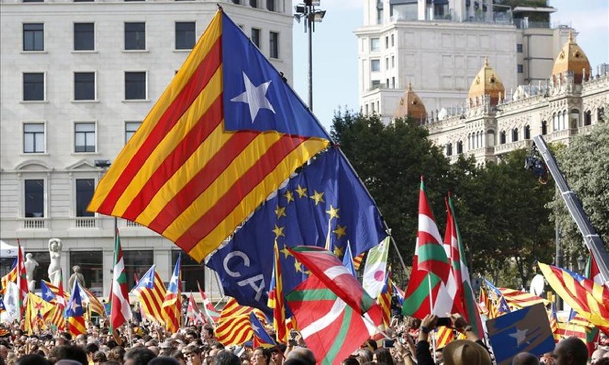 Banderas independentistas en la plaza de Catalunya de Barcelona durante la Via Catalana del 11 de Setembre del 2013.