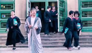Francesc Torres, en el papel de Dumbledore, rodeado de alumnos de la escuela de magia Hogwarts UPC.