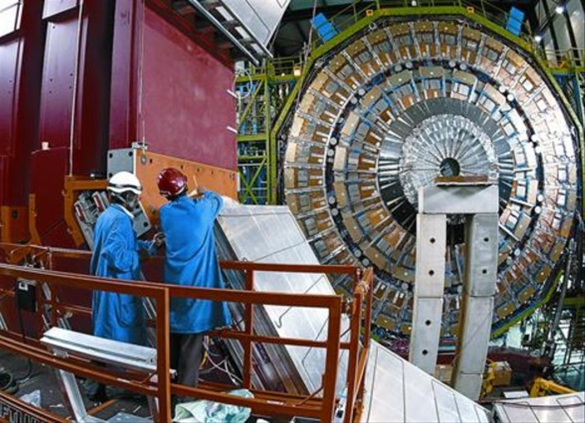 Dos ingenieros trabajan en acelerador de partículas del CERN.
