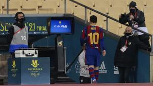 Messi, camino de los vestuarios, tras ser expulsado.