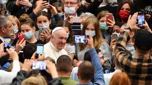 El Papa y sus colaboradores, sin mascarilla durante la audiencia.