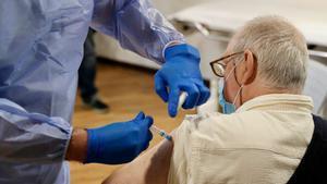 Un hombre recibe la vacuna contra el coronavirus en Asturias.